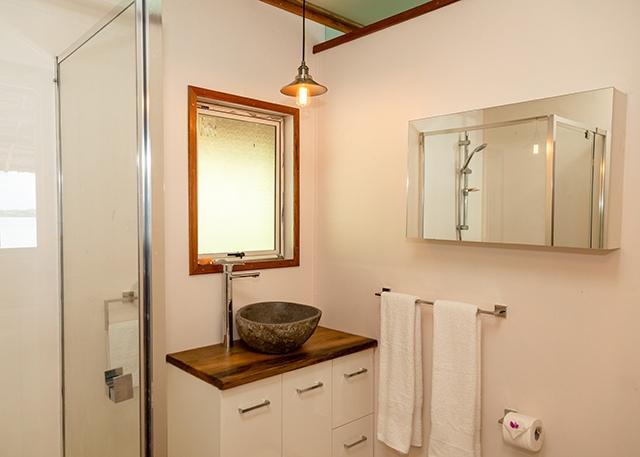 Beach-Cabin-ensuite-bathroom